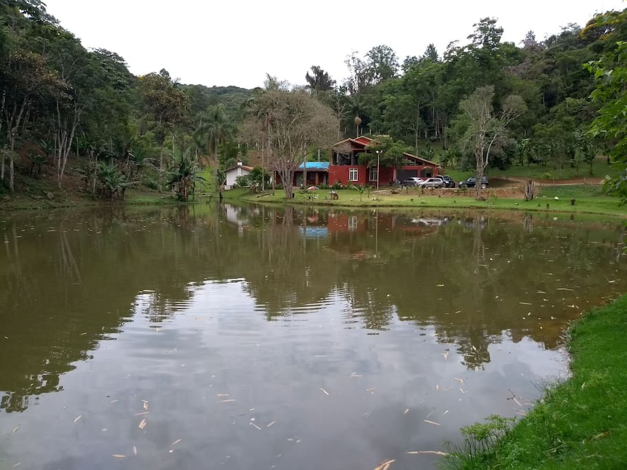 Lago, é permitida a pesca esportiva.