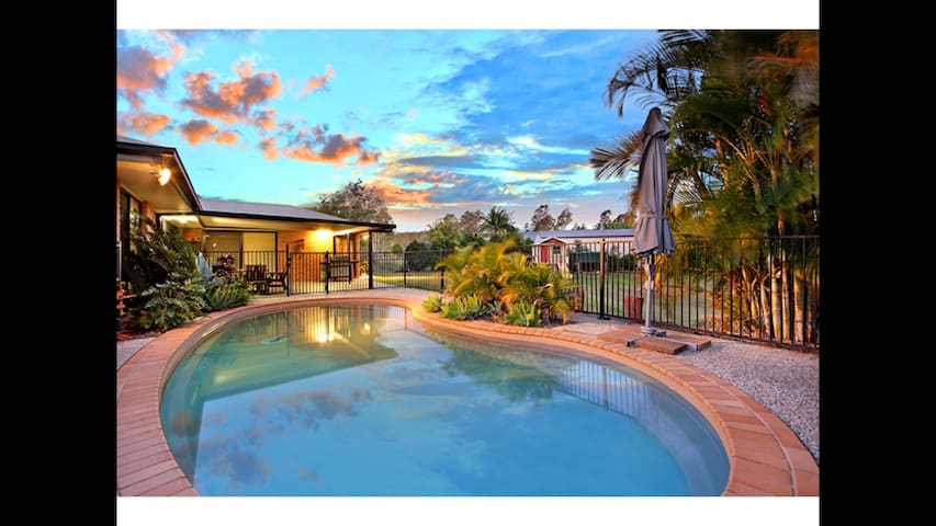 Huge modern room on an acreage with a pool! - Karalee - Casa