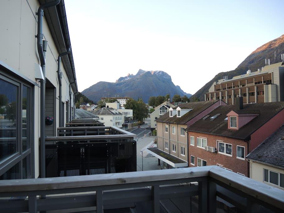 Utsikt fra veranda mot Trolltind