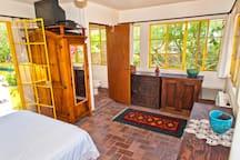 Rooftop bedroom, armoire, half-bath ... in the trees