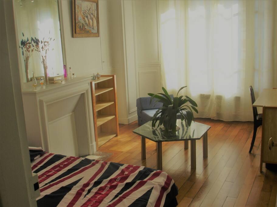 2eme chambre avec lit double avec espace convivial et grandes fenêtres