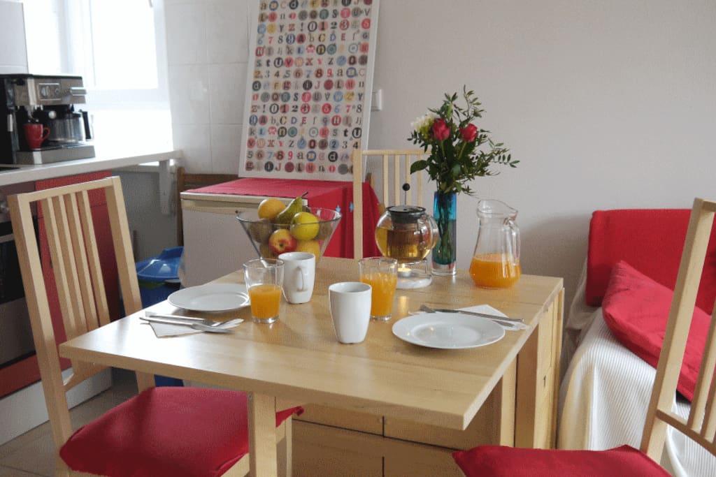 Table can easily be doubled, with space for up to six. Der Tisch kann leicht verdoppelt werden, mit Platz für sechs.