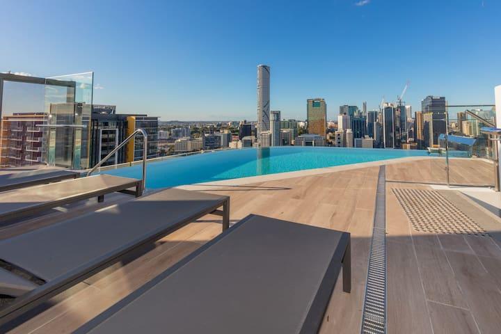 level 30 roof top infinity pool
