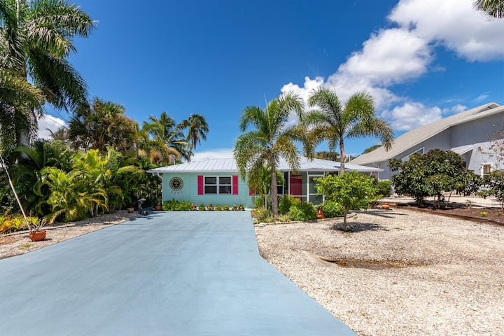 2/2 Beauty with INCREDIBLE Gulf access, BOAT LIFT included!