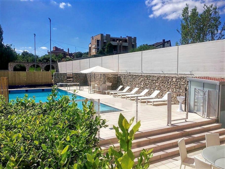 Veranda con vista piscina.