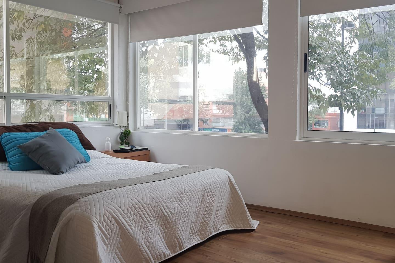Precioso cuarto con muy buena iluminación.