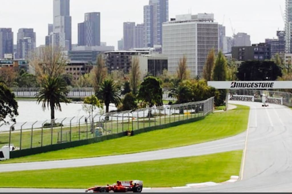 3 minute walk from your apartment just across the road is the World famous Grand Prix Track winding around the amazing Albert Park. Enjoy a day out in Melbourne's most beautiful park and lake walk, Albert Park, simply walk or bike ride from your apartment,  don't forget to stop and have breakfast by the lake. Child friendly,  3 X Kids areas and BBQ's.