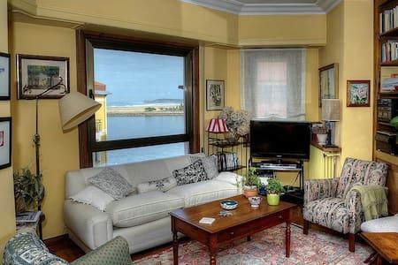 Habitación en la Marina  en piso con vistas al mar