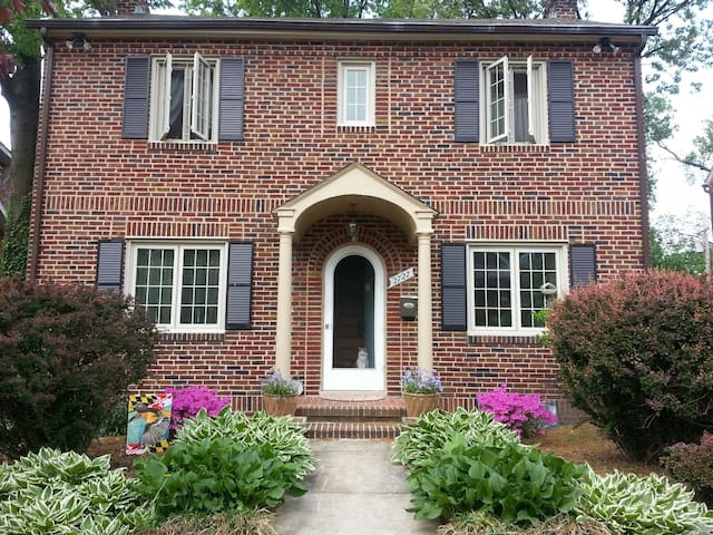 Charming brick colonial - Baltimore - Ev
