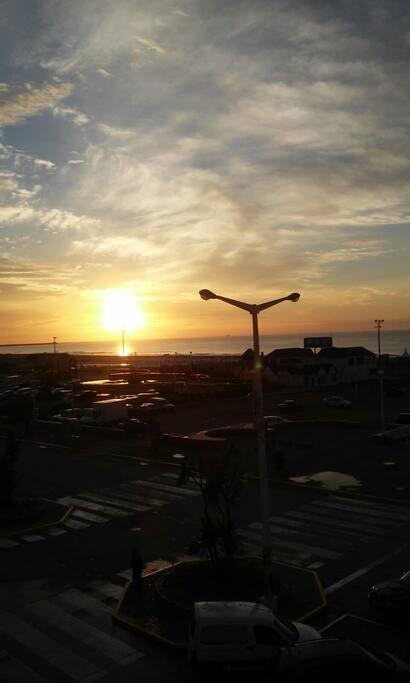 Increíbles amaneceres con el sol asomándose en el mar