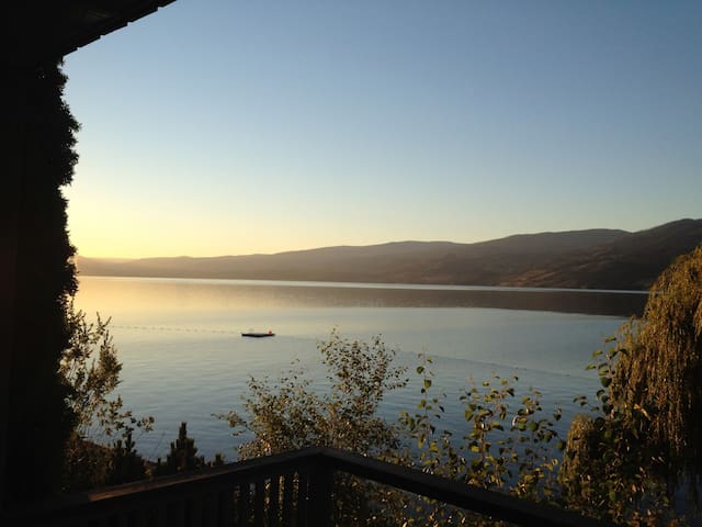 Cozy cabin on beautiful lakefront! - West Kelowna - Casa de campo