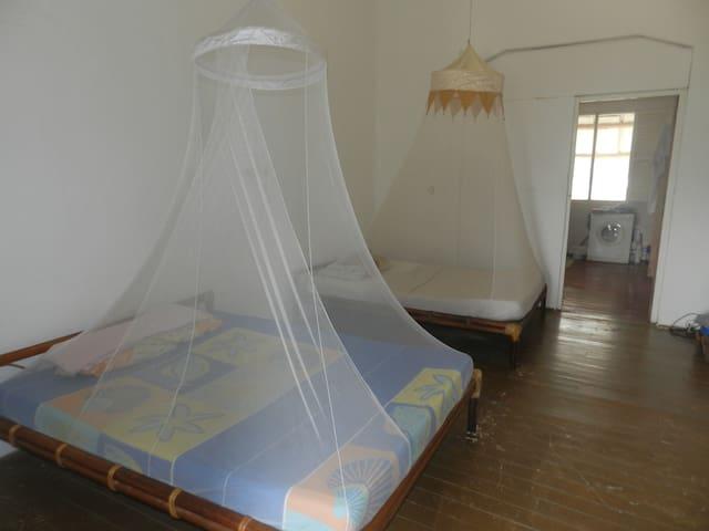 grd appt spacieux à 200m de la mer - Grand-Bassam - Apartamento