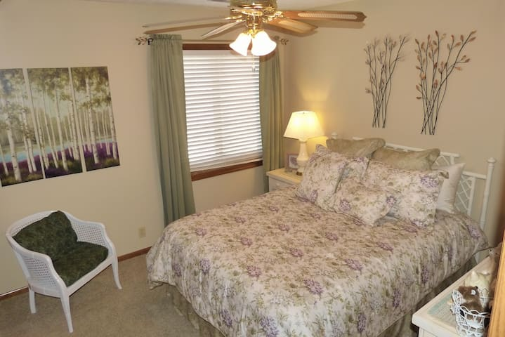 Berkshire Hathaway Weekend Bed 2 - Omaha - House