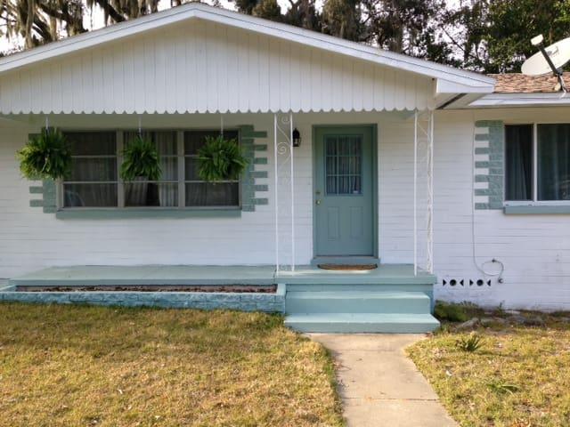 Convenient, charming 50's bungalow