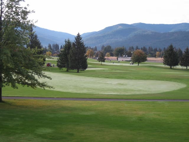 Golf Course Views and Six Bedrooms - Liberty Lake - House