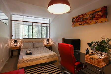 Contemporary Modern Master Bedroom - Chippendale - Loft-asunto