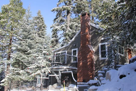 "HISTORIC HERSHEY CABIN ""JUST FOR 2"" IMMACULATE!! - Lake Arrowhead - Kulübe"