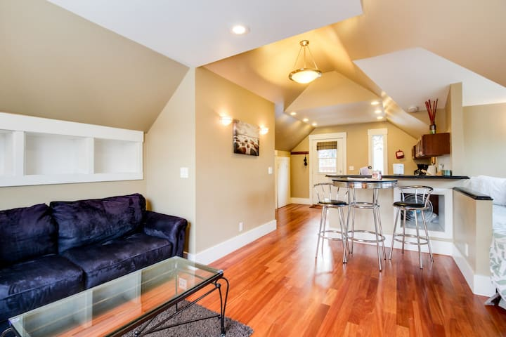Charming historic studio, blocks from a shared pool & 2 miles from downtown!
