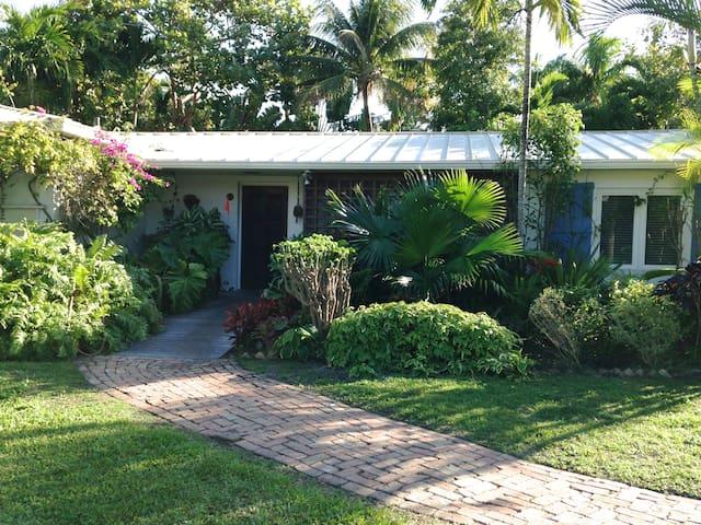 Cozy tropical island house sleeps 9 - Key Biscayne - House
