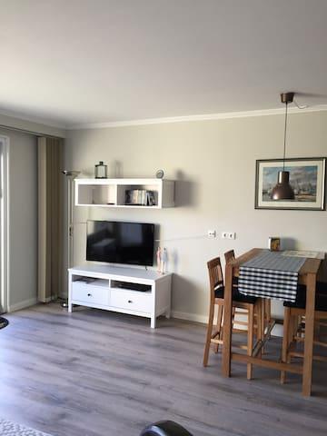 LED Smart TV mit drehbarer Wandhalterung, Mann kann dann auch beim Frühstück fernsehen :-)
