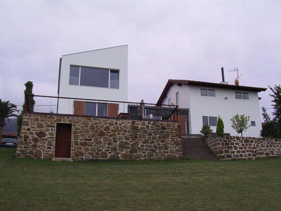 Vista del conjunto de la casa desde la parte inferior de la parcela