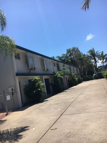 2 br apartment 50m from beach - Urangan - Appartement