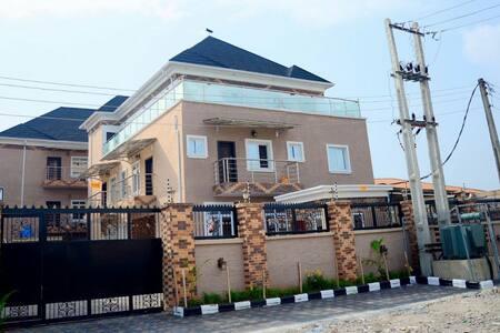Deuces Court Apartments - Lagos - Appartamento con trattamento alberghiero
