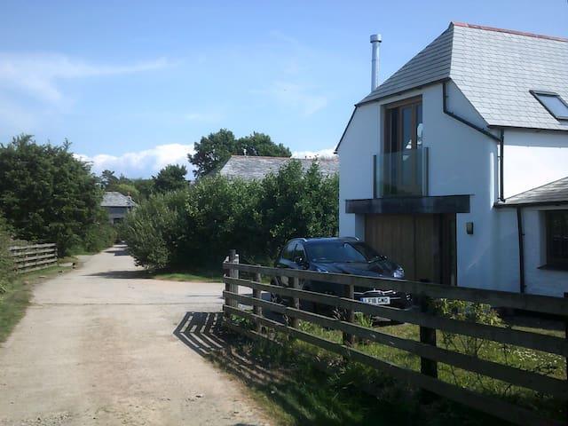 The Loft. Spacious,Rural,Coastal Views,near Beach.