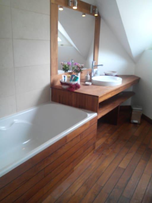 Salle de bain privée en teck, shampoings et gel douche, sèche serviette