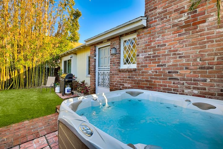 Charming Cottage w/ Private Jacuzzi & Walk to Beach