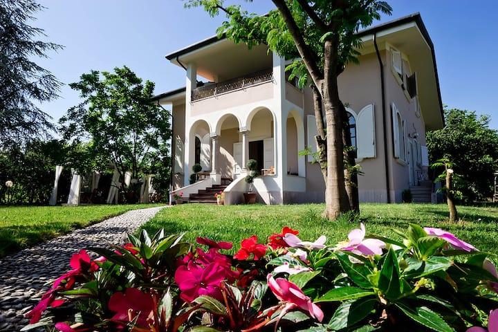 La Coralia B&B, Villa in Versilia