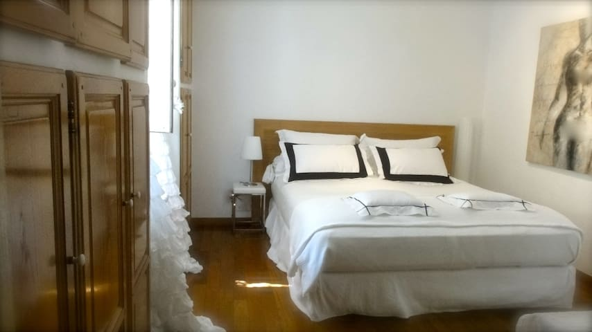 Chambre au calme avec Grand lit 1,80X 2m