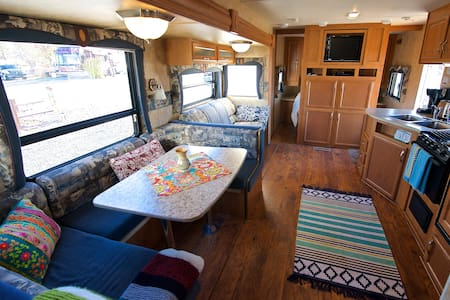 Spacious RV with lake & mountain views - Bridgeport - Camping-car/caravane