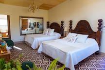 La casa de Diego cuenta con 2 camas king size, cocina equipada, baño, aire acondicionado y una decoracion al estilo mexicano con muebles antiguos llenos de historia que te enamoraran desde el primer momento.