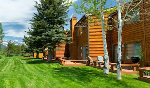 Gorgeous country lodge w/free WiFi, private sauna & deck, wood-burning fireplace