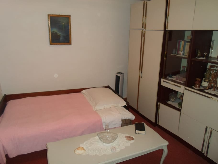 Comfort room for one or two  person,with spacious bed and library with great summer books.