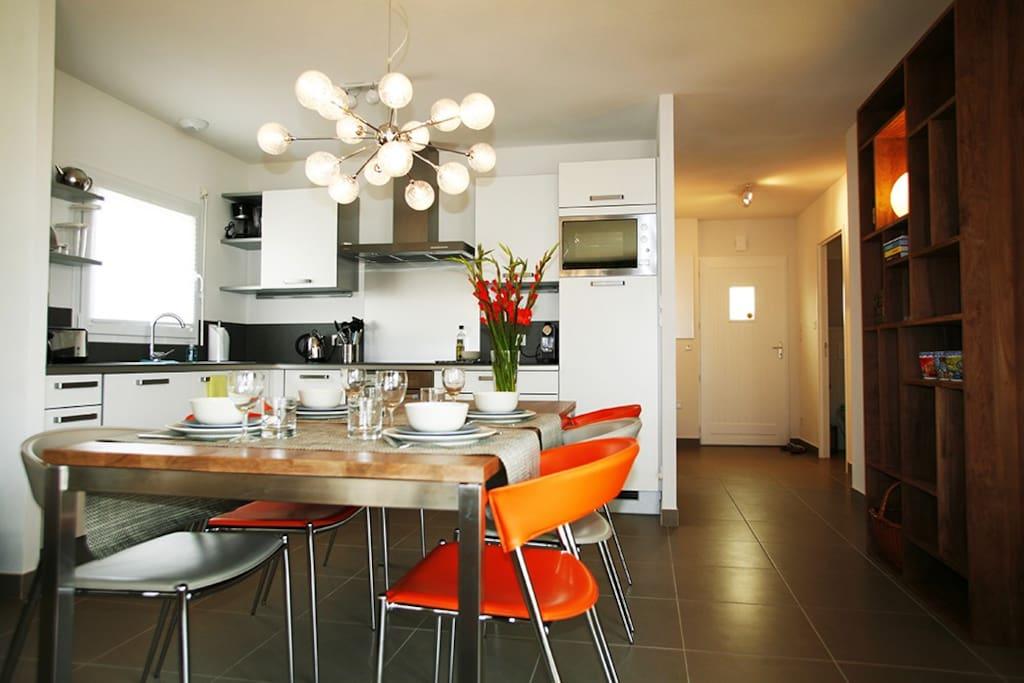 Open keuken met koelkast & vriesvak, vaatwasser, oven, kookplaat, magnetron, waterkoker, broodrooster & Nespresso!
