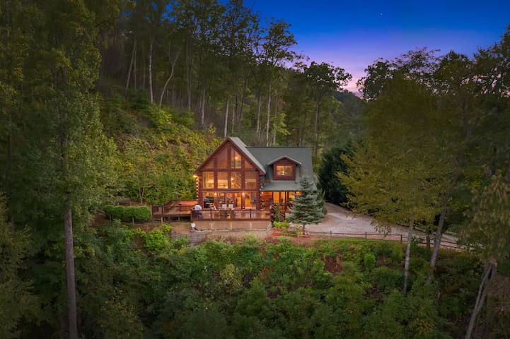 Luxury Cabin, majestic view, hot tub & privacy
