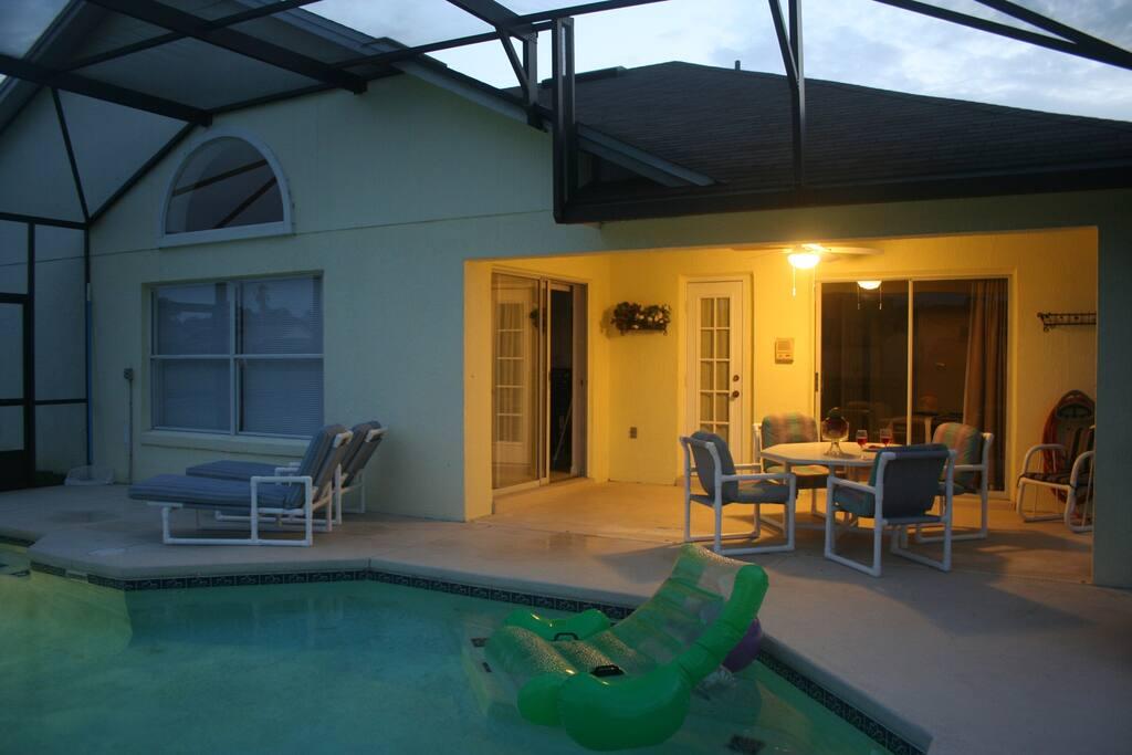Coin terrasse couverte avec ventilateur pour passer une bonne soirée détente après une journée passée dans un parc d'attraction