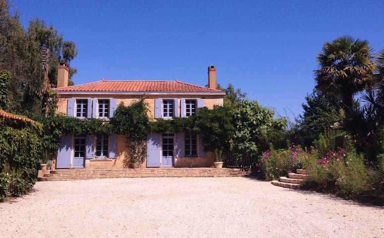 Spacious period farmhouse with pool. - La Caillère-Saint-Hilaire - House