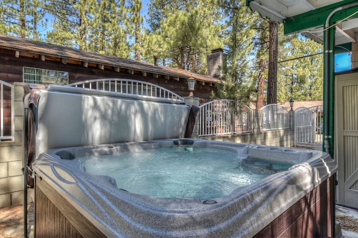 Charming Cabin! Hot Tub, Cable & WiFi