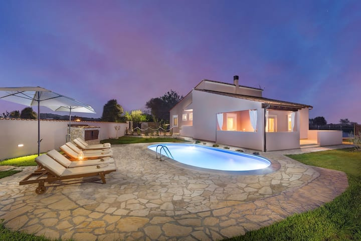 Villa Agri with large Garden and Pool near Pula