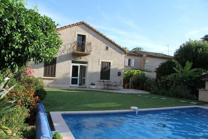 Grande pièce à l'étage d'une villa avec piscine.