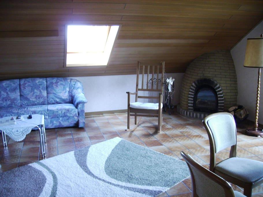 Das gemütlich Wohnzimmer mit Sitzecke und re. Esszimmer