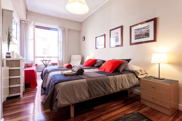 Bilbao Centro - Habitación, baño y balcón privado.