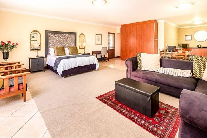 ⚜ Upmarket 1000 sq ft Self Catering Apartment ⚜