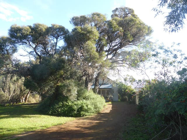 3 BR Cottage in bush setting by sea - Kingscote - Casa
