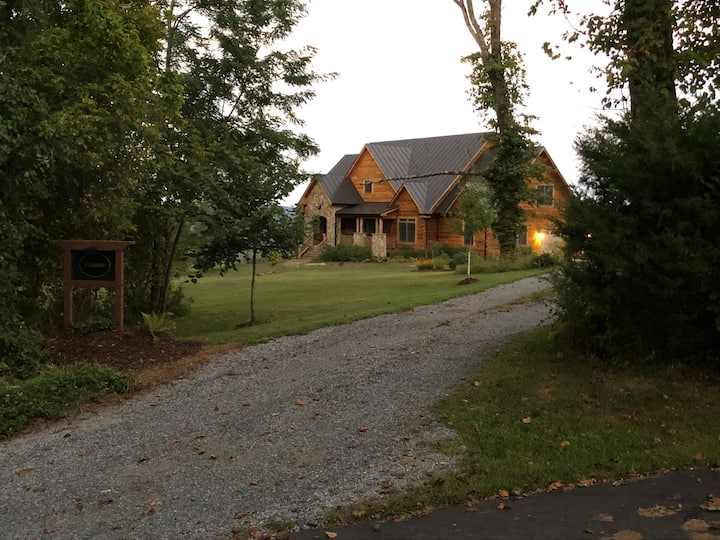 Comfy Blue Ridge Mountains Log Cabin (Ravenswood)