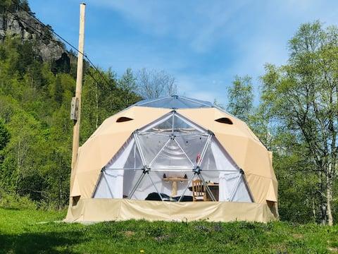 Fredelig plass med bare to telt, nydelig utsikt