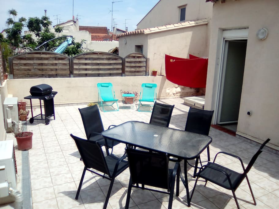 Terrasse barbecue, chaises longues.